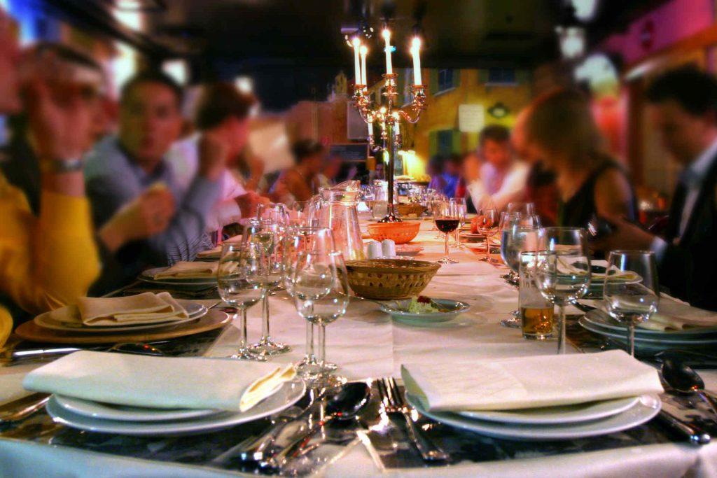 Pensez à demander si la vaisselle est prévue dans la location de la salle de mariage !